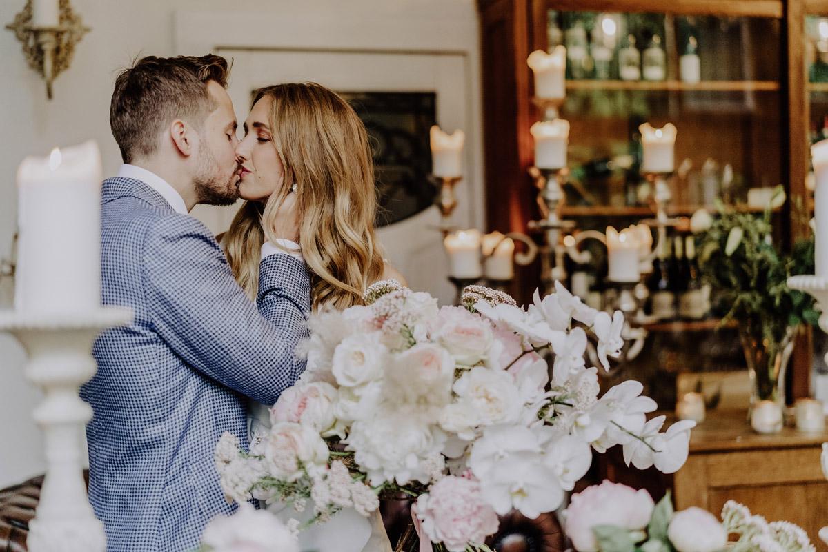 Hochzeitsfoto Brautpaar küssen - Standesamt Hochzeit Foto Ideen und Tipps Regenhochzeit von Hochzeitsfotografin Berlin © www.hochzeitslicht.de #hochzeitslicht
