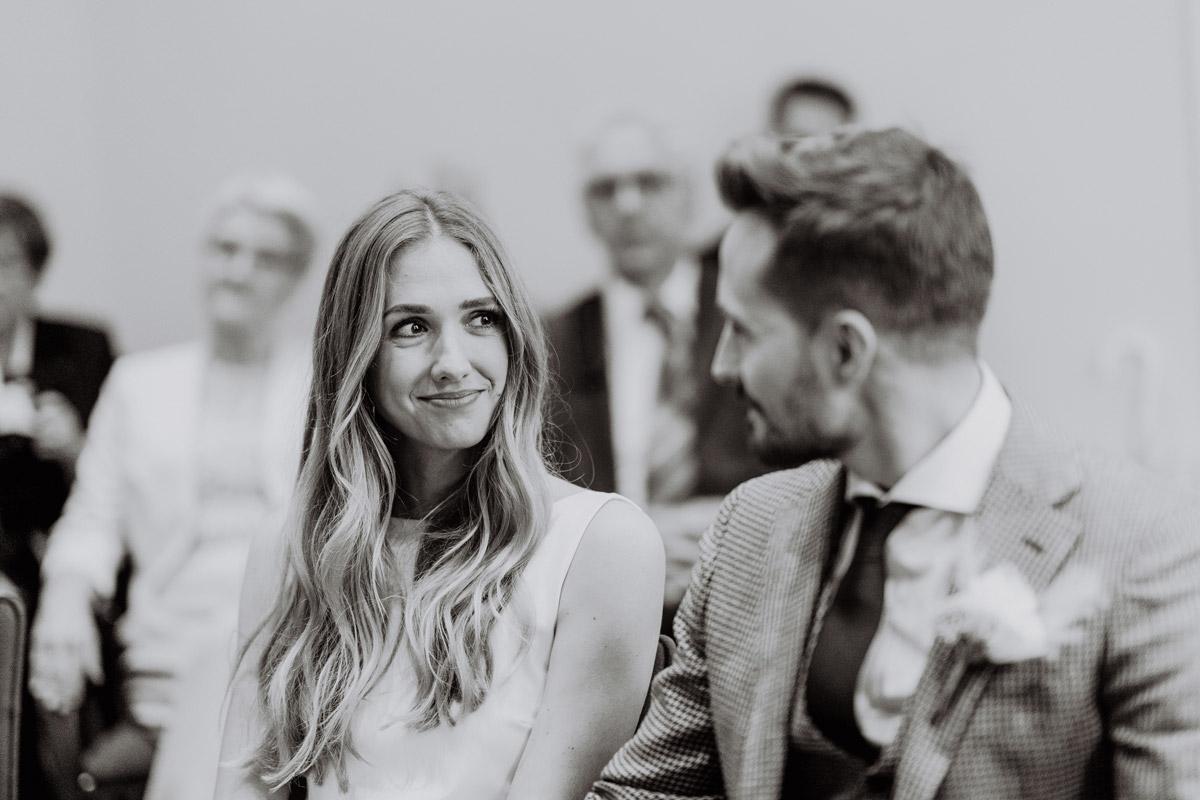 Standesamt Hochzeit Fotos in Düsseldorf und und Tipps zur Regenhochzeit von Hochzeitsfotografin Berlin © www.hochzeitslicht.de #hochzeitslicht