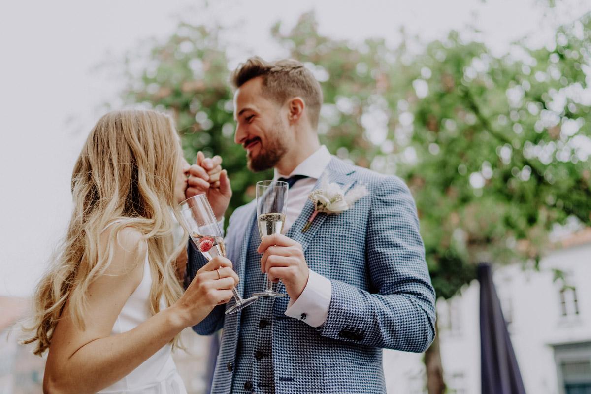 Idee Hochzeitsfoto Brautpaar Sektempfang - Standesamt Hochzeit Foto Ideen und Tipps Regenhochzeit von Hochzeitsfotografin Berlin © www.hochzeitslicht.de #hochzeitslicht