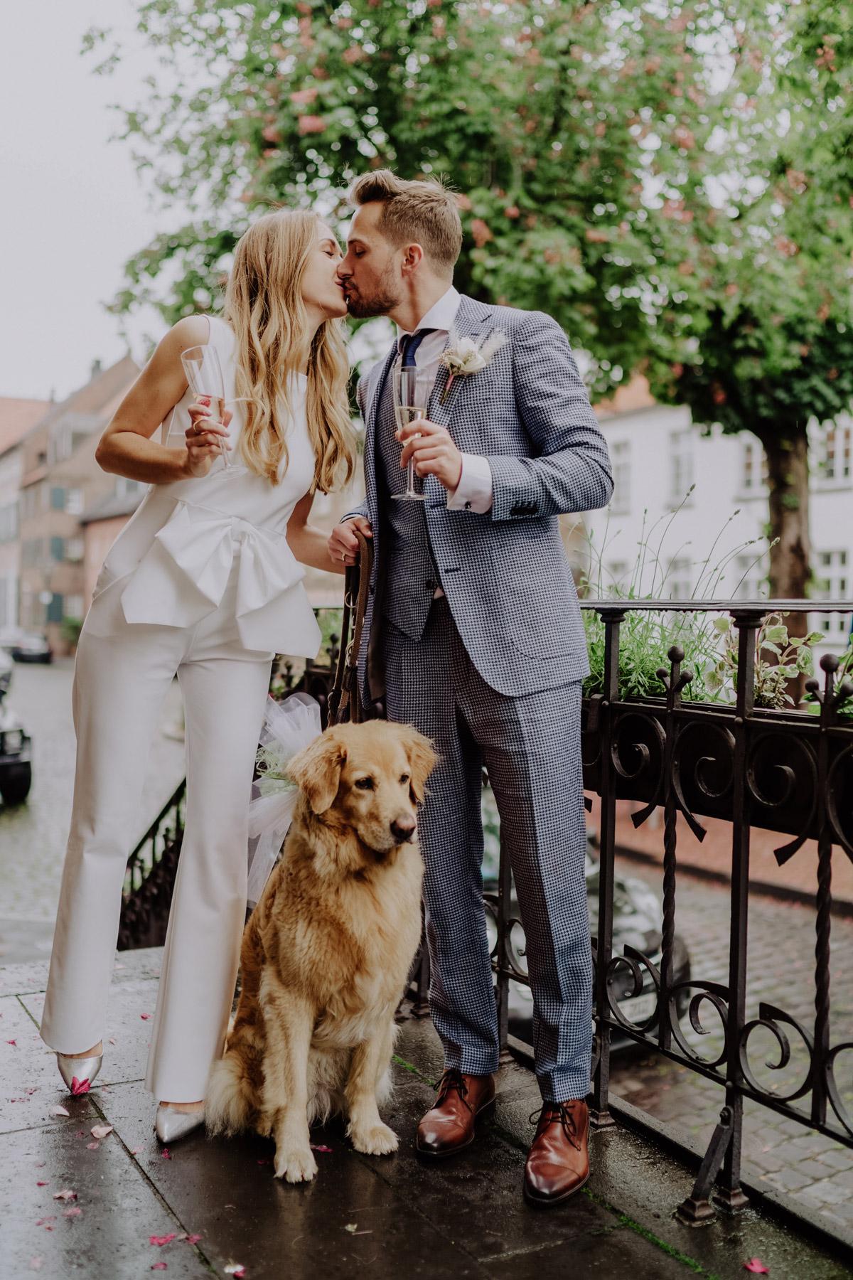 Brautpaarshooting Idee mit Hund Hochzeitsfotos; Standesamt Outfit Jumpsuit standesamtliche Hochzeit mit Regen von Hochzeitsfotografin Berlin © www.hochzeitslicht.de #hochzeitslicht