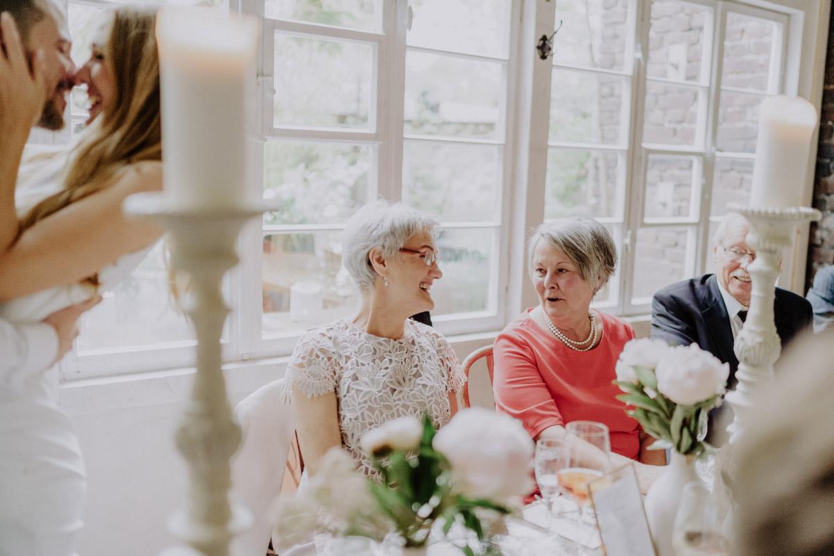 Hochzeitsfotos Gäste Standesamt Hochzeit Foto Ideen und Tipps Regenhochzeit von Hochzeitsfotografin Berlin © www.hochzeitslicht.de #hochzeitslicht