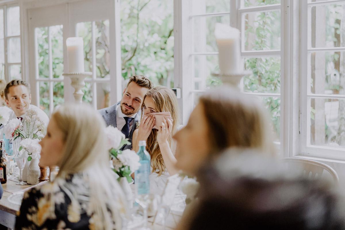 Hochzeitsfotos emotional - Standesamt Hochzeit Foto Ideen und Tipps Regenhochzeit von Hochzeitsfotografin Berlin © www.hochzeitslicht.de #hochzeitslicht