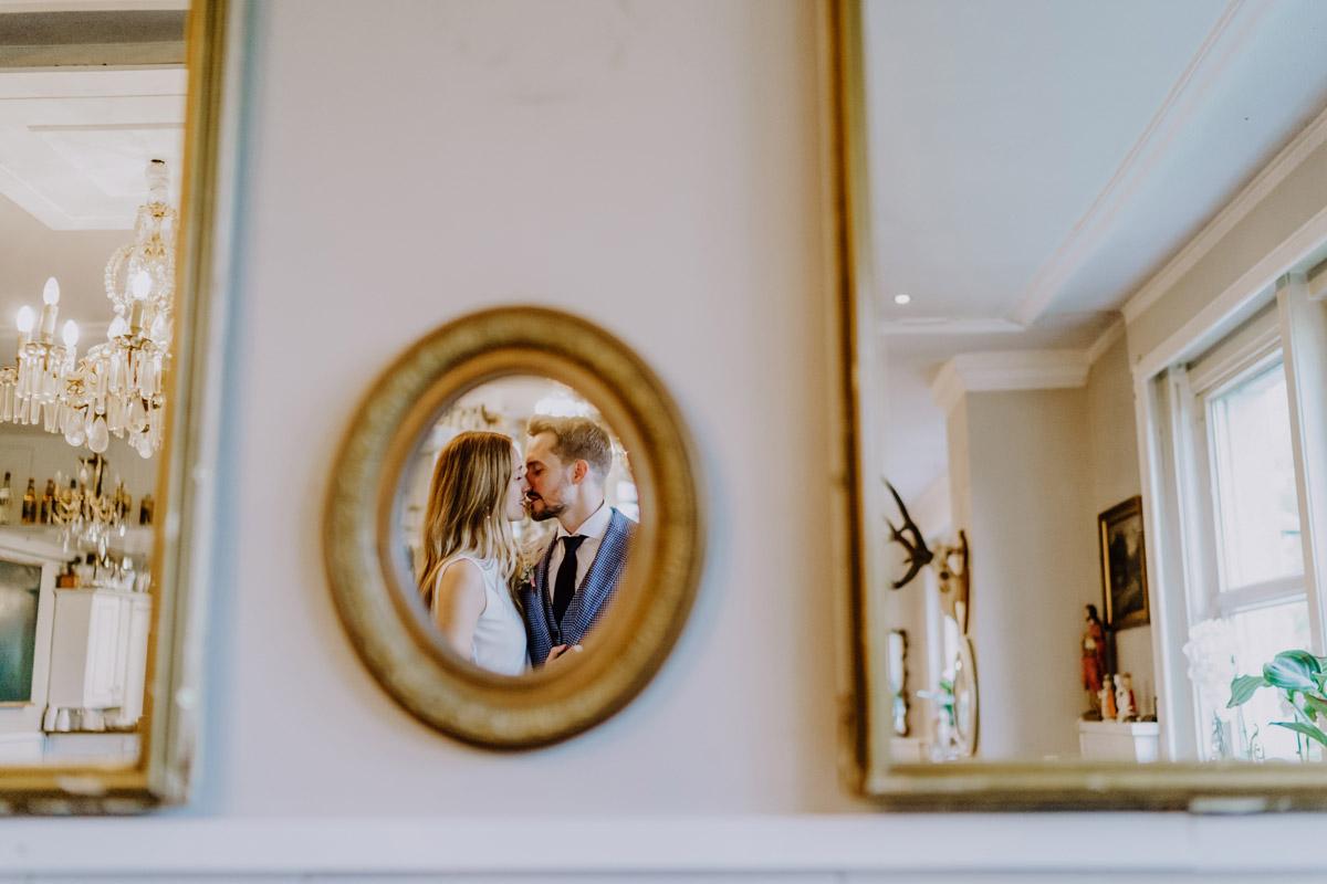 Hochzeitsfoto kreativ Spiegel - Standesamt Hochzeit Foto Ideen und Tipps Regenhochzeit von Hochzeitsfotografin Berlin © www.hochzeitslicht.de #hochzeitslicht