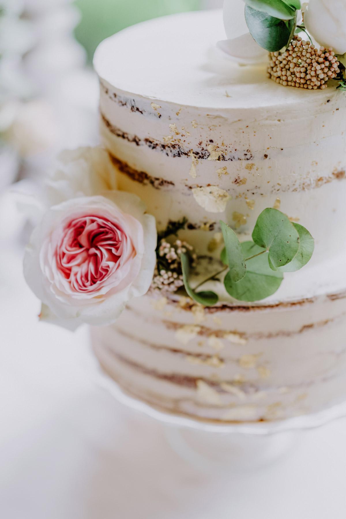 Hochzeitstorte darf auf einer standesamtlichen Hochzeitsfeier nicht fehlen, weißer zweistöckiger Naked Cake Dekoration mit Hochzeitsblumen und Blattgold vom Blog zur Standesamt Hochzeit mit Foto Ideen und Tipps zur Regenhochzeit von Hochzeitsfotografin Berlin © www.hochzeitslicht.de #hochzeitslicht