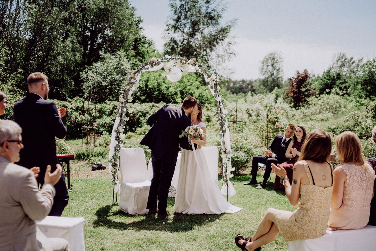 Standesamt Garten Hochzeit Dekoration Tisch mit Traubogen; Bitte Sonnenschirme nicht vergessen, wenn es sehr heiß wird!