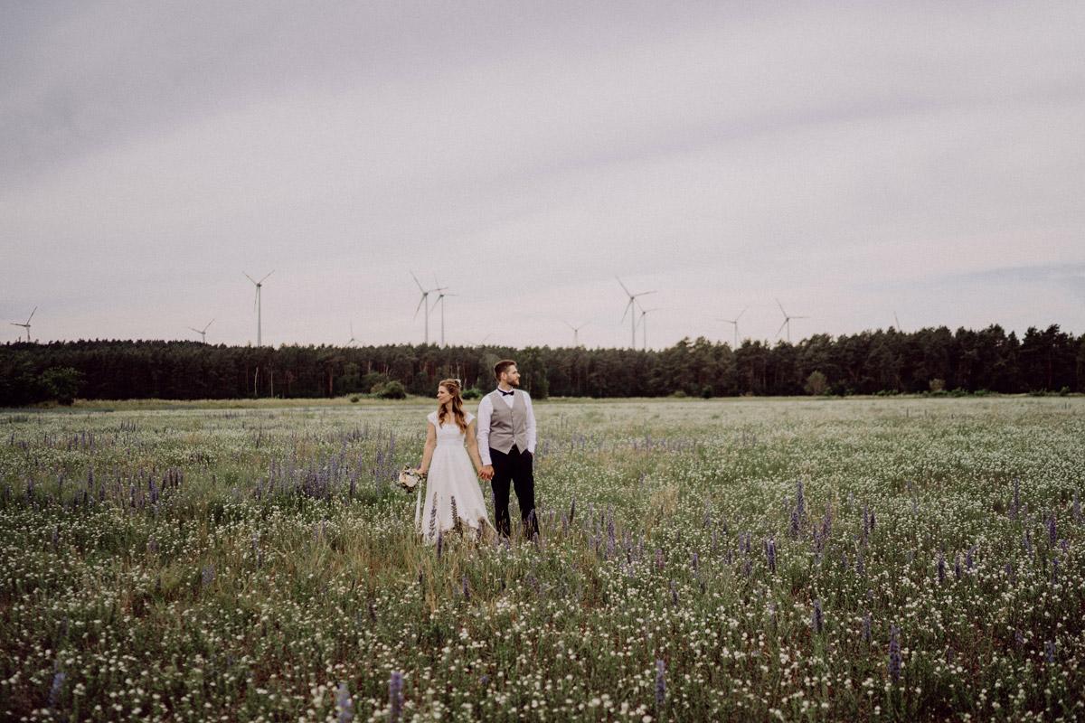 modernes Paarfoto Hochzeit - DIY Scheunenhochzeit mit Standesamt im Hof Landlust Falkenthal von vintage Hochzeitsfotografin aus Berlin #hochzeitslicht © www.hochzeitslicht.de