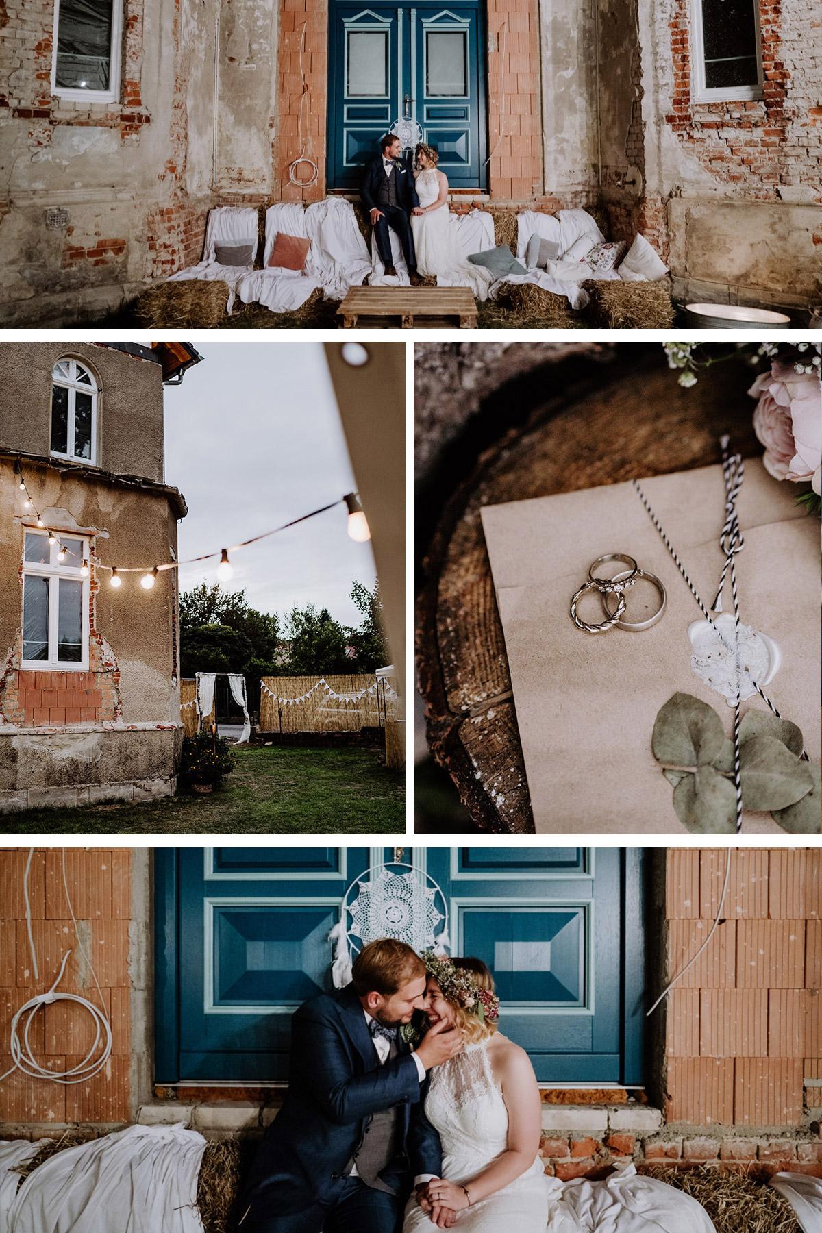 Garten Hochzeit Deko: Hochzeitsfeier draußen im boho Stil mit vintage Elementen; Brautpaar sitzt in DIY-Sitzlounge aus Heuballen auf denen weiße Decken liegen; Beleuchtung von Lichterketten; Hochzeitsringe in Weißgold mit Steinen auf DIY-Einladung zur Gartenhochzeit; weiße Traumfänger #DIY-Hochzeitsdeko zuhause im Garten von Hochzeitsfotografin aus Berlin #hochzeitslicht © www.hochzeitslicht.de #gartenfeier #gartenhochzeit