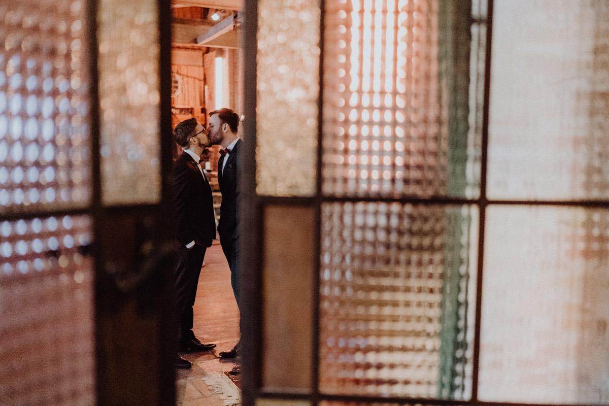 schwule Hochzeit Männer nach Standesamt in Berlin Friedrichshain in Hochzeitslocation Alte Schmiede / Old Smithy's Dizzle von Hochzeitsfotograf © www.hochzeitslicht.de #hochzeitslicht #gleichgeschlechtlich #homo #hochzeit #gaywedding