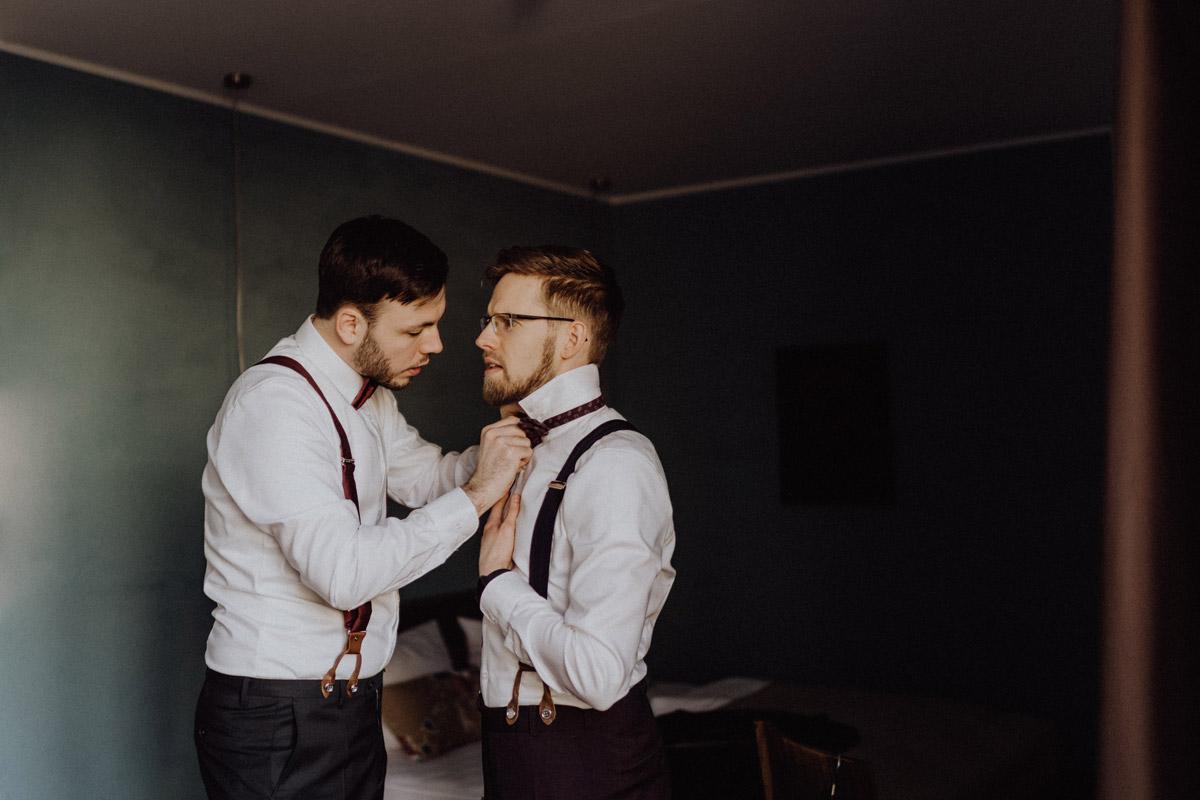 Idee Hochzeitfoto gay wedding Vorbereitungsn beide Bräutigame - schwule Hochzeit Männer nach Standesamt in Berlin Friedrichshain in Hochzeitslocation Alte Schmiede / Old Smithy's Dizzle von Hochzeitsfotograf © www.hochzeitslicht.de #hochzeitslicht #gleichgeschlechtlich #homo #hochzeit #gaywedding