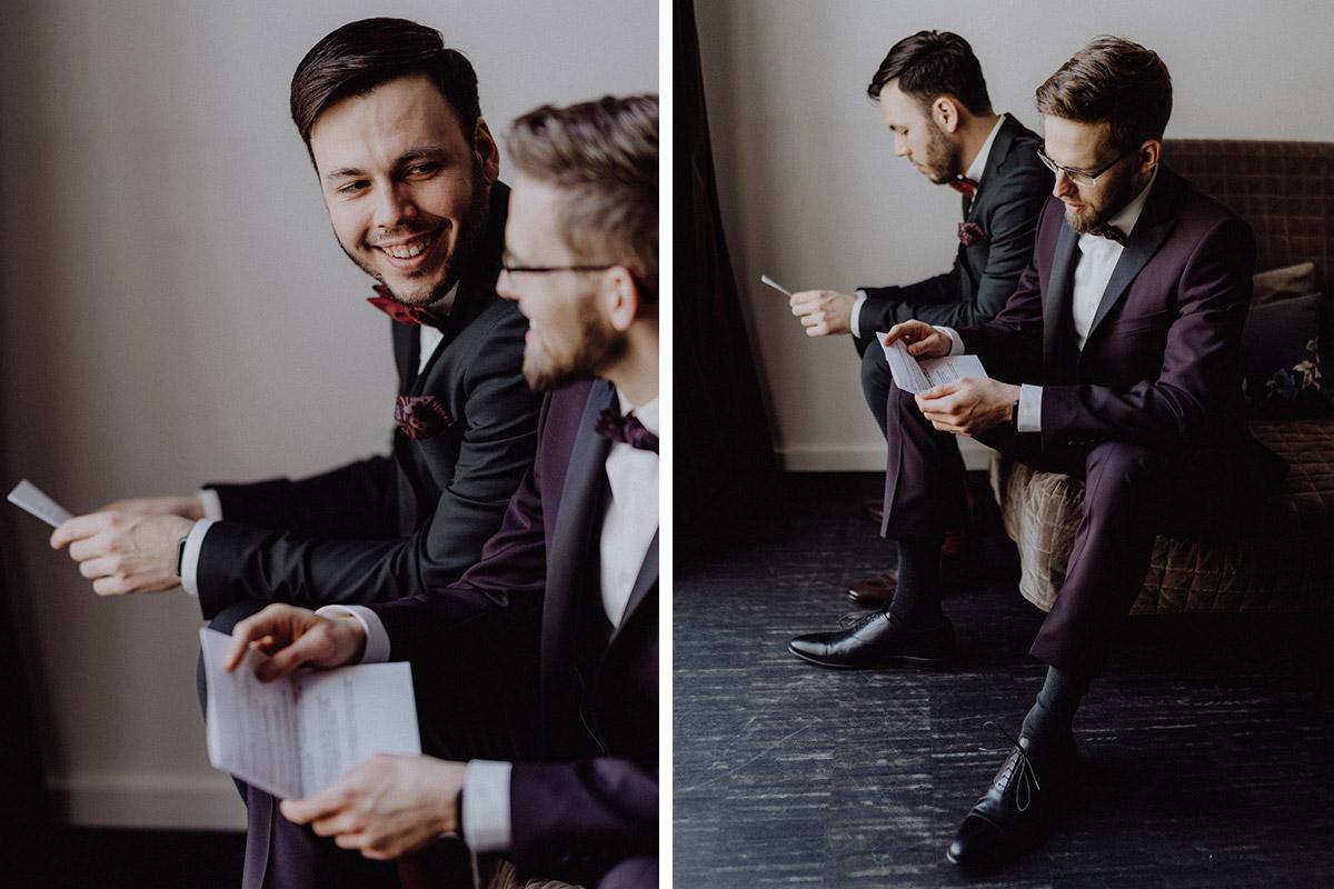 Idee Hochzeitsfoto Liebesbrief zur Hochzeit - schwule Hochzeit Männer nach Standesamt in Berlin Friedrichshain in Hochzeitslocation Alte Schmiede / Old Smithy's Dizzle von Hochzeitsfotograf © www.hochzeitslicht.de #hochzeitslicht #gleichgeschlechtlich #homo #hochzeit #gaywedding