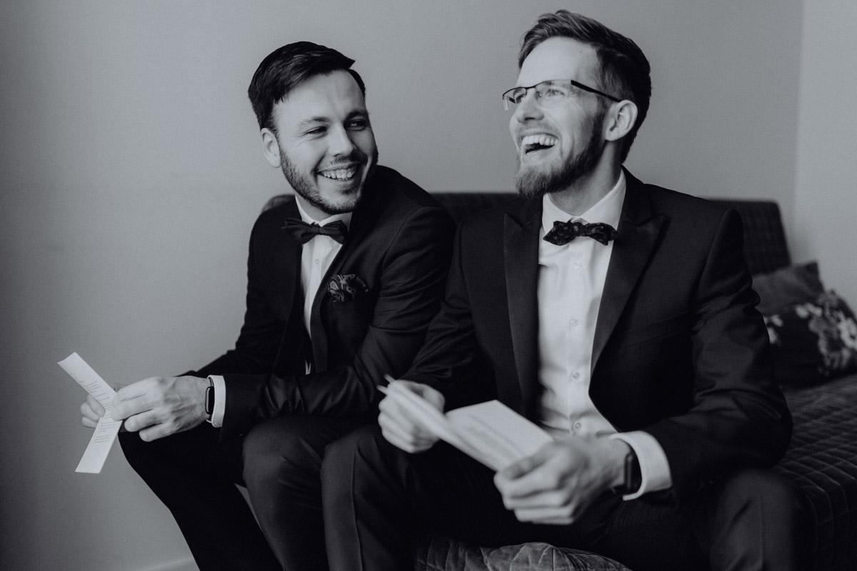 Idee Geschenk zur Hochzeit Liebesbrief - schwule Hochzeit Männer nach Standesamt in Berlin Friedrichshain in Hochzeitslocation Alte Schmiede / Old Smithy's Dizzle von Hochzeitsfotograf © www.hochzeitslicht.de #hochzeitslicht #gleichgeschlechtlich #homo #hochzeit #gaywedding