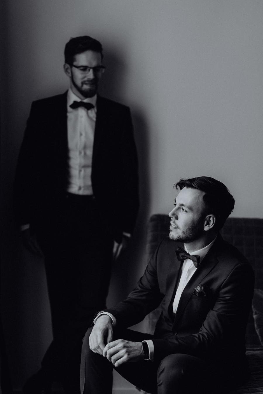 Homosexuelle Bräutigame Hochzeitsfoto: kurz vor Trauung schwule Ehe Männer Hochzeit; Idee ein