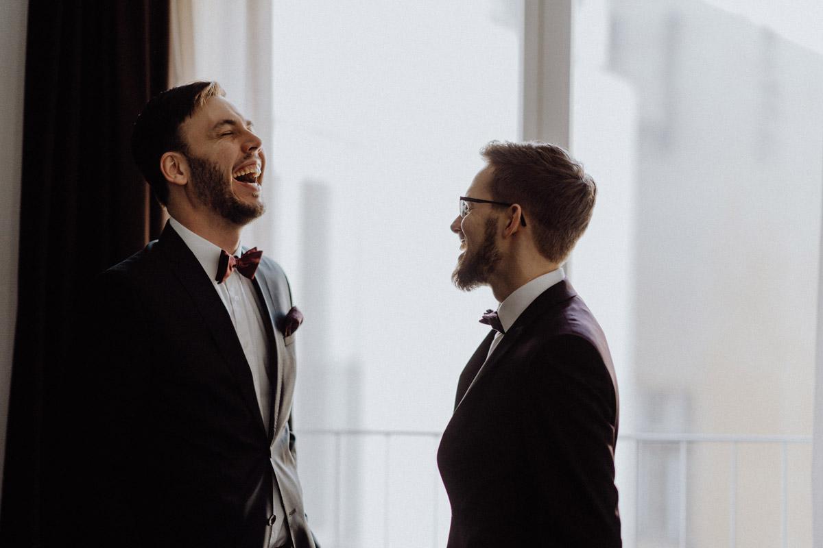 natürliche Hochzeitsfotos schwule Hochzeit Männer nach Standesamt in Berlin Friedrichshain in Hochzeitslocation Alte Schmiede / Old Smithy's Dizzle von Hochzeitsfotograf © www.hochzeitslicht.de #hochzeitslicht #gleichgeschlechtlich #homo #hochzeit #gaywedding