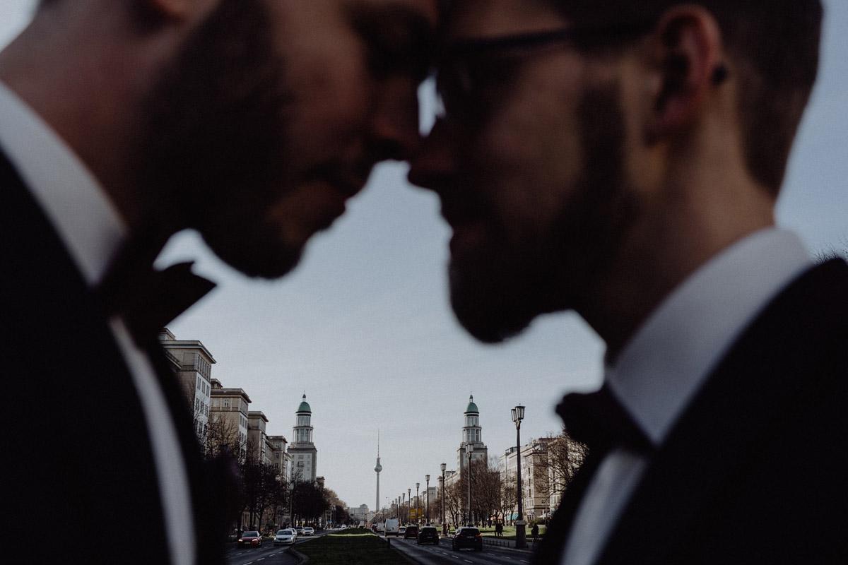 Fotoshooting Hochzeit urban - schwule Hochzeit Männer nach Standesamt in Berlin Friedrichshain in Hochzeitslocation Alte Schmiede / Old Smithy's Dizzle von Hochzeitsfotograf © www.hochzeitslicht.de #hochzeitslicht #gleichgeschlechtlich #homo #hochzeit #gaywedding
