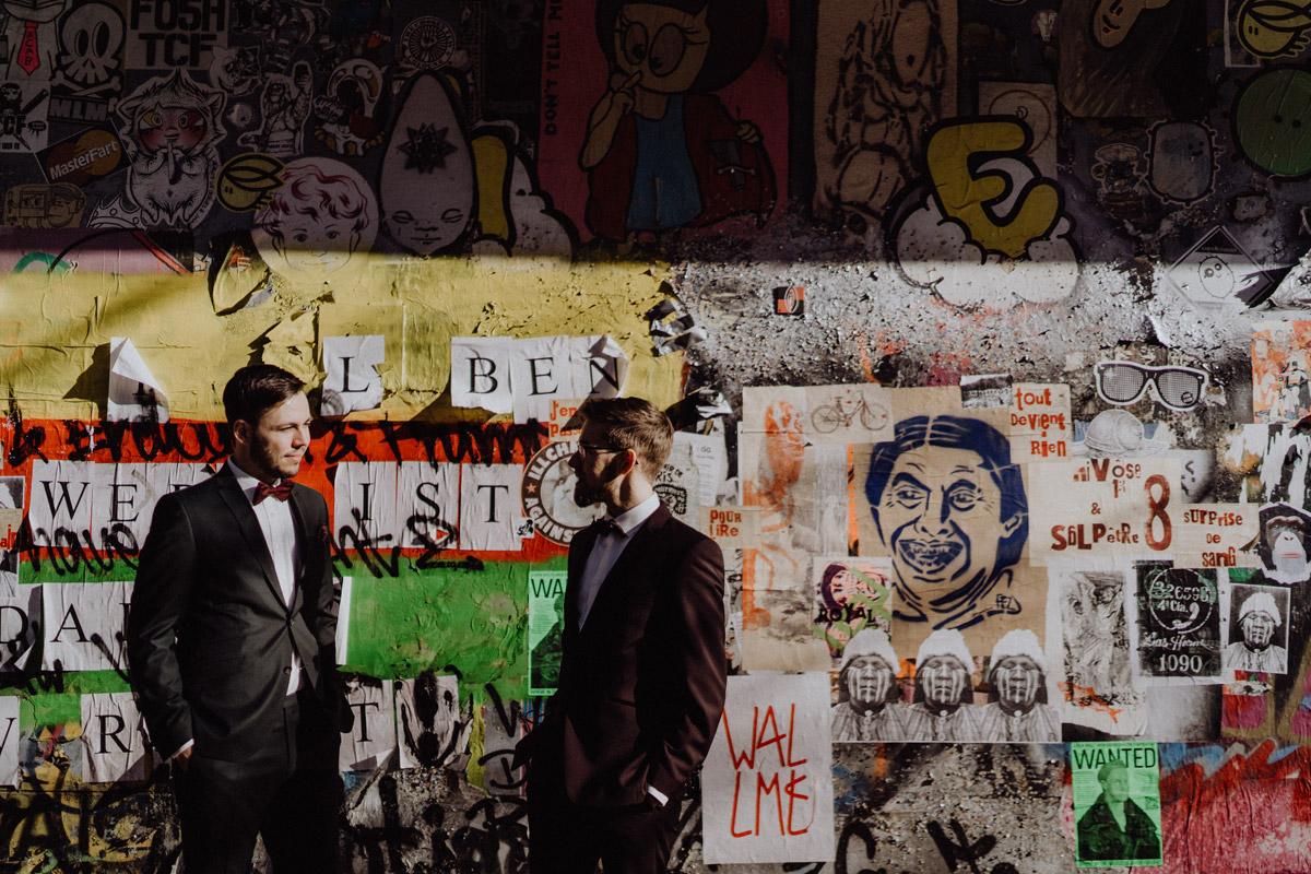 Paarfotos Hochzeit urban - schwule Hochzeit Männer nach Standesamt in Berlin Friedrichshain in Hochzeitslocation Alte Schmiede / Old Smithy's Dizzle von Hochzeitsfotograf © www.hochzeitslicht.de #hochzeitslicht #gleichgeschlechtlich #homo #hochzeit #gaywedding