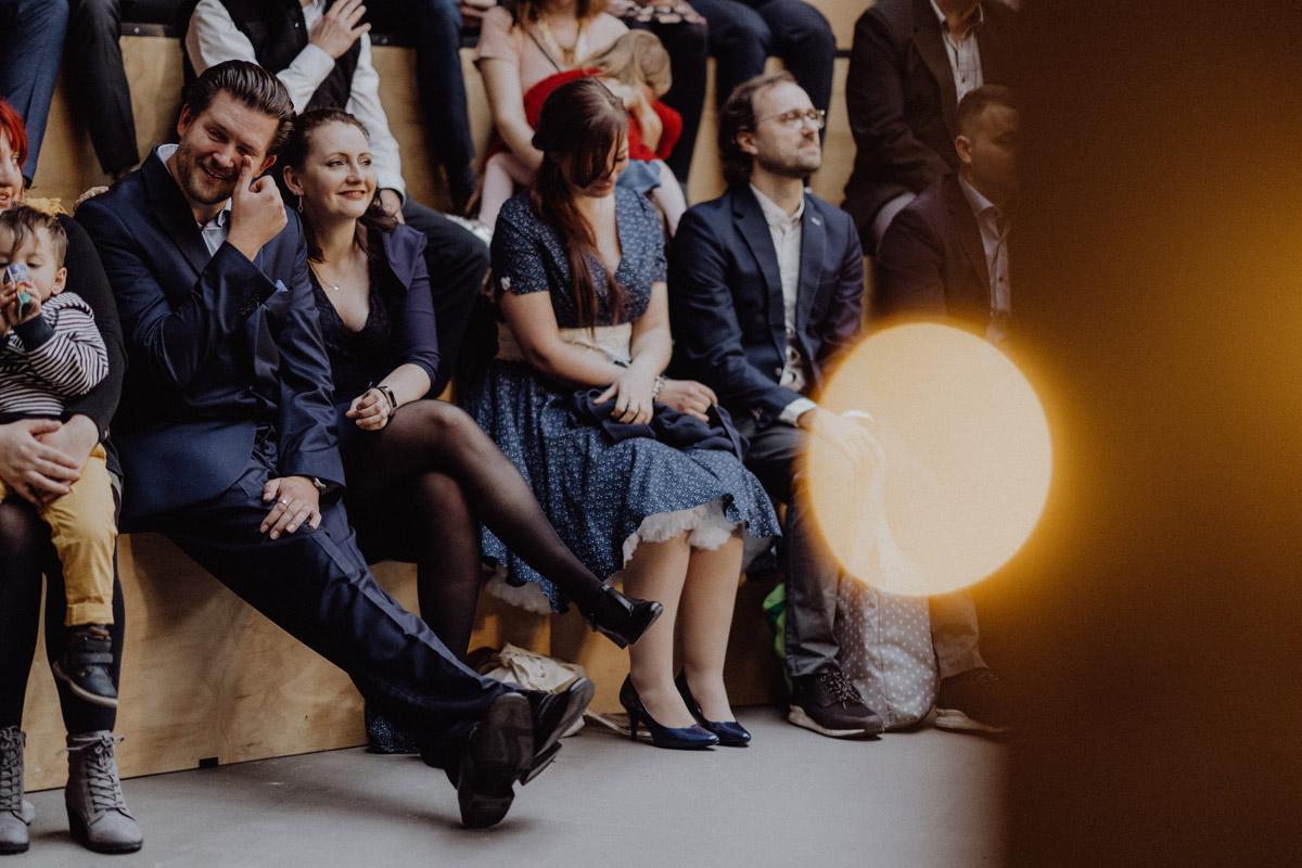 Fotos Gäste Hochzeit emotionale freie Trauung - schwule Hochzeit Männer nach Standesamt in Berlin Friedrichshain in Hochzeitslocation Alte Schmiede / Old Smithy's Dizzle von Hochzeitsfotograf © www.hochzeitslicht.de #hochzeitslicht #gleichgeschlechtlich #homo #hochzeit #gaywedding