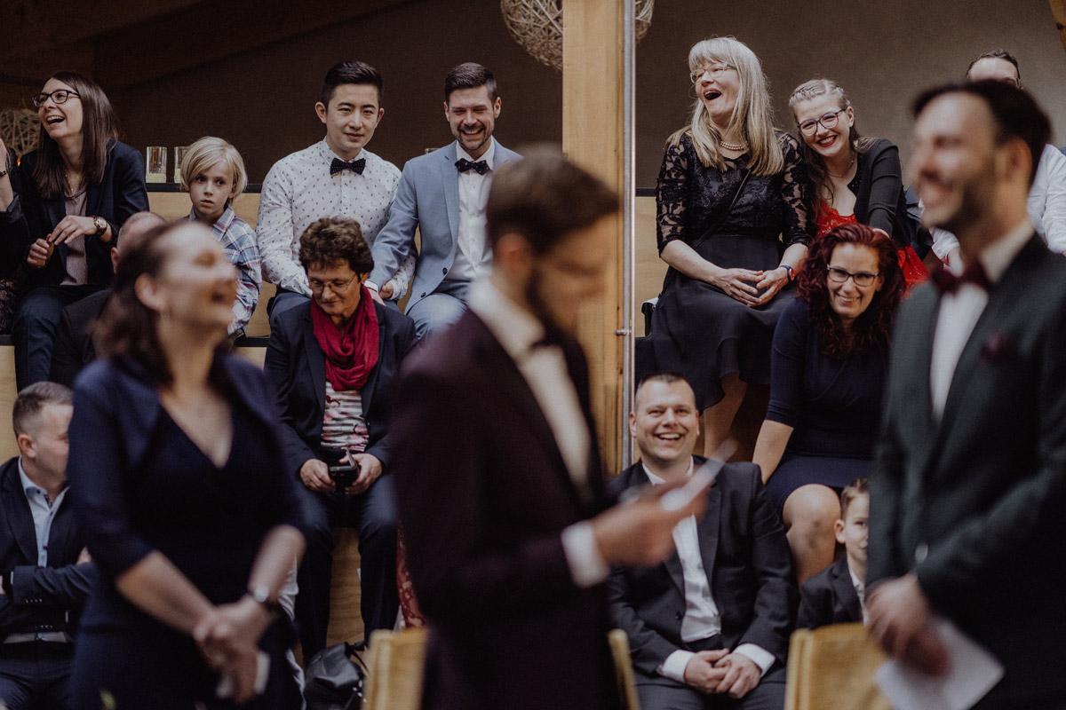 schwule Hochzeit Männer freie Trauung nach Standesamt in Berlin Friedrichshain in Hochzeitslocation Alte Schmiede / Old Smithy's Dizzle von Hochzeitsfotograf © www.hochzeitslicht.de #hochzeitslicht #gleichgeschlechtlich #homo #hochzeit #gaywedding