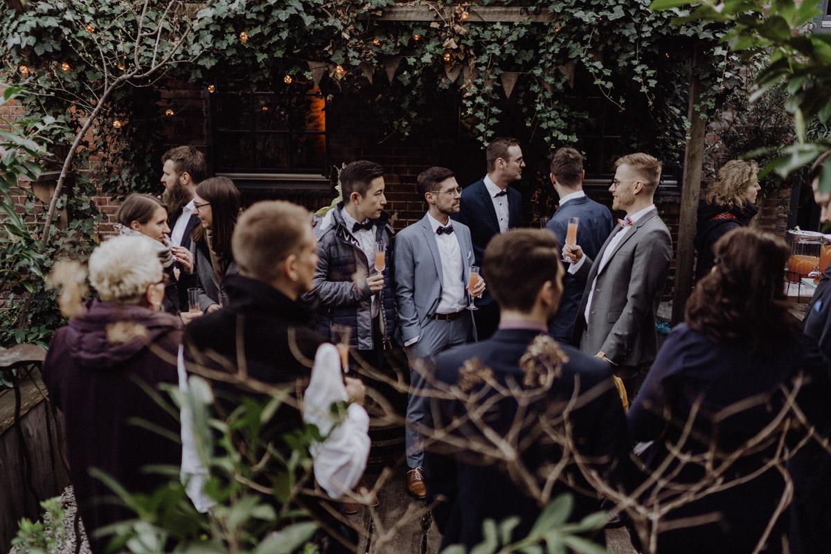 Hochzeitsfotos Feier schwule Hochzeit Männer nach Standesamt in Berlin Friedrichshain in Hochzeitslocation Alte Schmiede / Old Smithy's Dizzle von Hochzeitsfotograf © www.hochzeitslicht.de #hochzeitslicht #gleichgeschlechtlich #homo #hochzeit #gaywedding