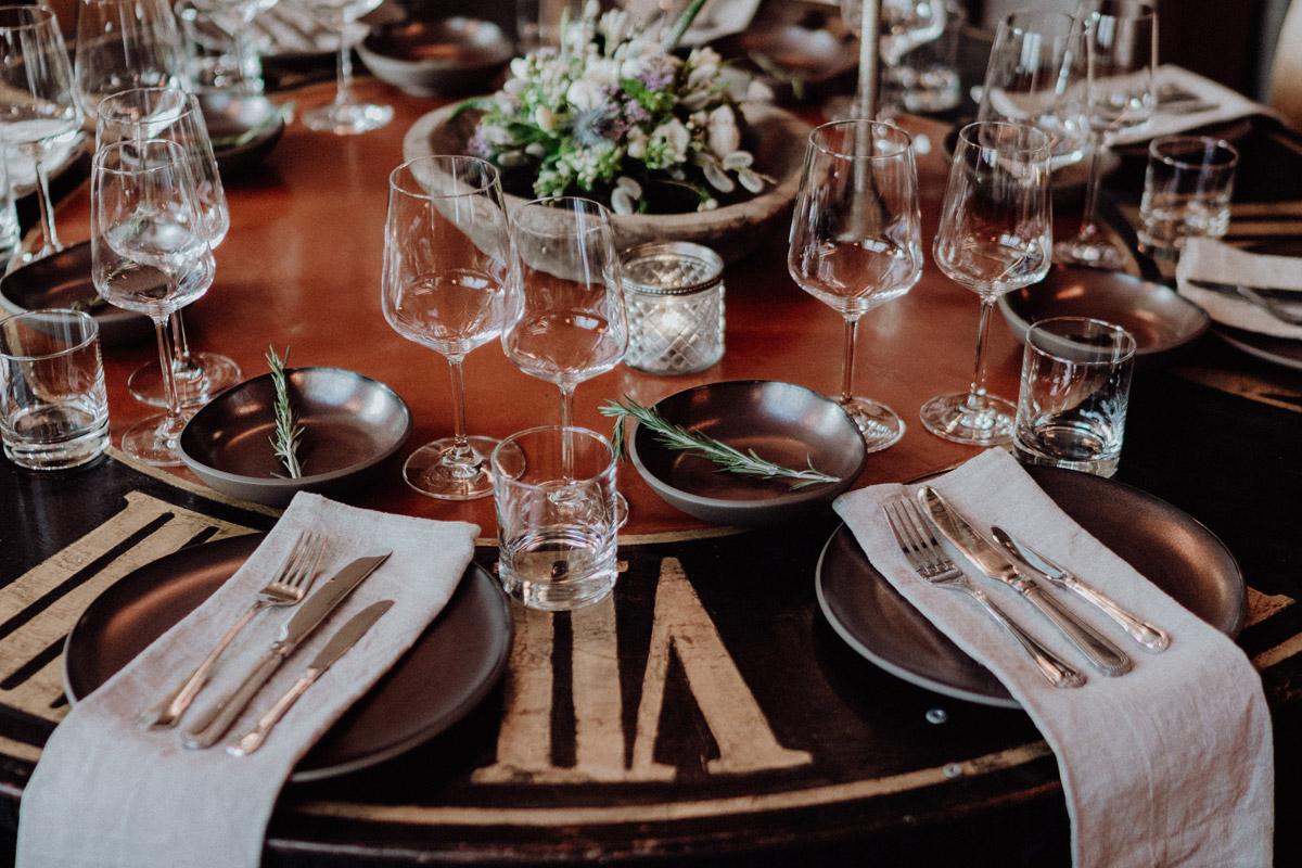 Idee Tischdekoration vintage Hochzeit - schwule Hochzeit Männer nach Standesamt in Berlin Friedrichshain in Hochzeitslocation Alte Schmiede / Old Smithy's Dizzle von Hochzeitsfotograf © www.hochzeitslicht.de #hochzeitslicht #gleichgeschlechtlich #homo #hochzeit #gaywedding