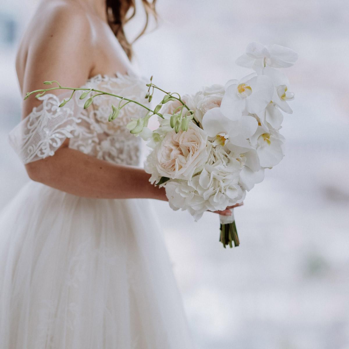 Mein edler runder Hochzeitsstrauß aus weißen Hortensien, Orchideen und englischen Rosen in Rosé wurde durch die langstieligen, grünen Hochzeitsblumen aufgelockert. Dieser weiße runde Brautstrauß passte perfekt zu unserer Hochzeit und meinem Brautkleid im Prinzessinen-Look. All unsere Hochzeitsblumen haben wir im All White Stil gehalten. Im Blog von #hochzeitslicht © www.hochzeitslicht.de gibt es mehr #hochzeitsfotos vom #bridebouquet
