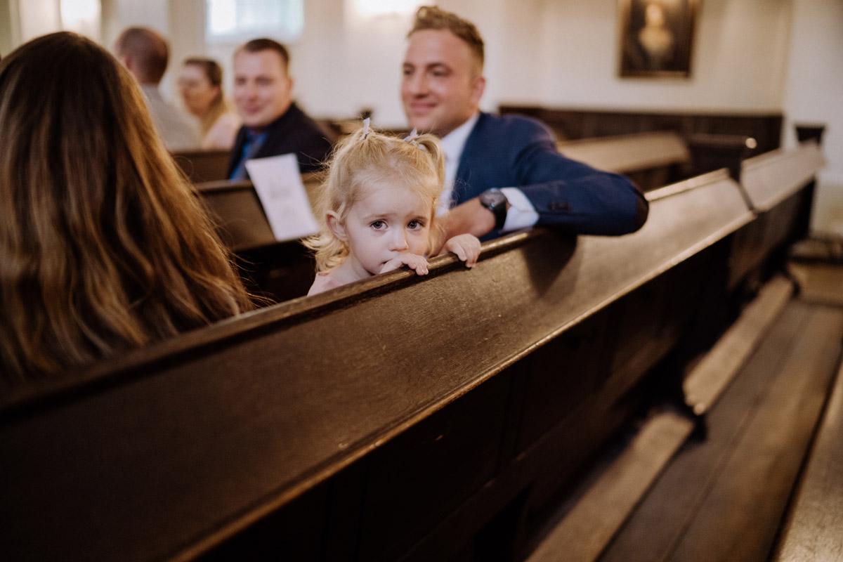 Diese intime Hotel Hochzeit Berlin mit kirchlicher Trauung Berlin vermittelt durch die stilvolle Hochzeitslocation sowohl das Gefühl, entspannt die Hochzeit zu Hause zu feiern, als auch in einer Suite im Luxushotel Waldorf Astoria zu heiraten. Mehr Hochzeit Deko Fotos von der kleinen, eleganten #hochzeit oder #tinywedding mit wenig Gästen und Trauung Kirche im Blog von Hochzeitsfotografin und Hochzeitsfilmer aus Berlin #hochzeitslicht © www.hochzeitslicht.de