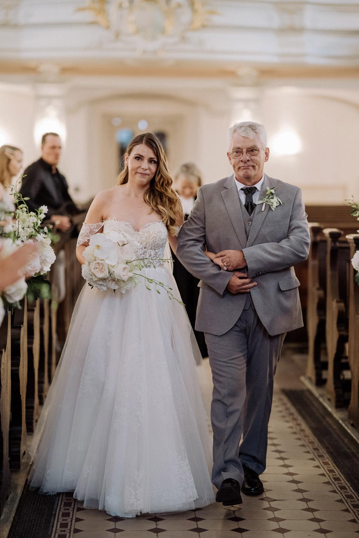 Einzug Kirche Vater mit Braut: Könnt ihr euch vorstellen, wie mein Herz schlug als mein Vater mich in der Sophienkirche zum Altar geleitet hat? Es war ein unfassbar schöner Hochzeitsmoment. Auf den Hochzeitsfotos im Blog der Berliner Hochzeitsfotografin #hochzeitslicht © www.hochzeitslicht.de seht ihr auch die Reaktion von meinem Bräutigam Steven - Solche Hochzeitsmomente sind unbezahlbar. #hochzeit #kirche #brautvater