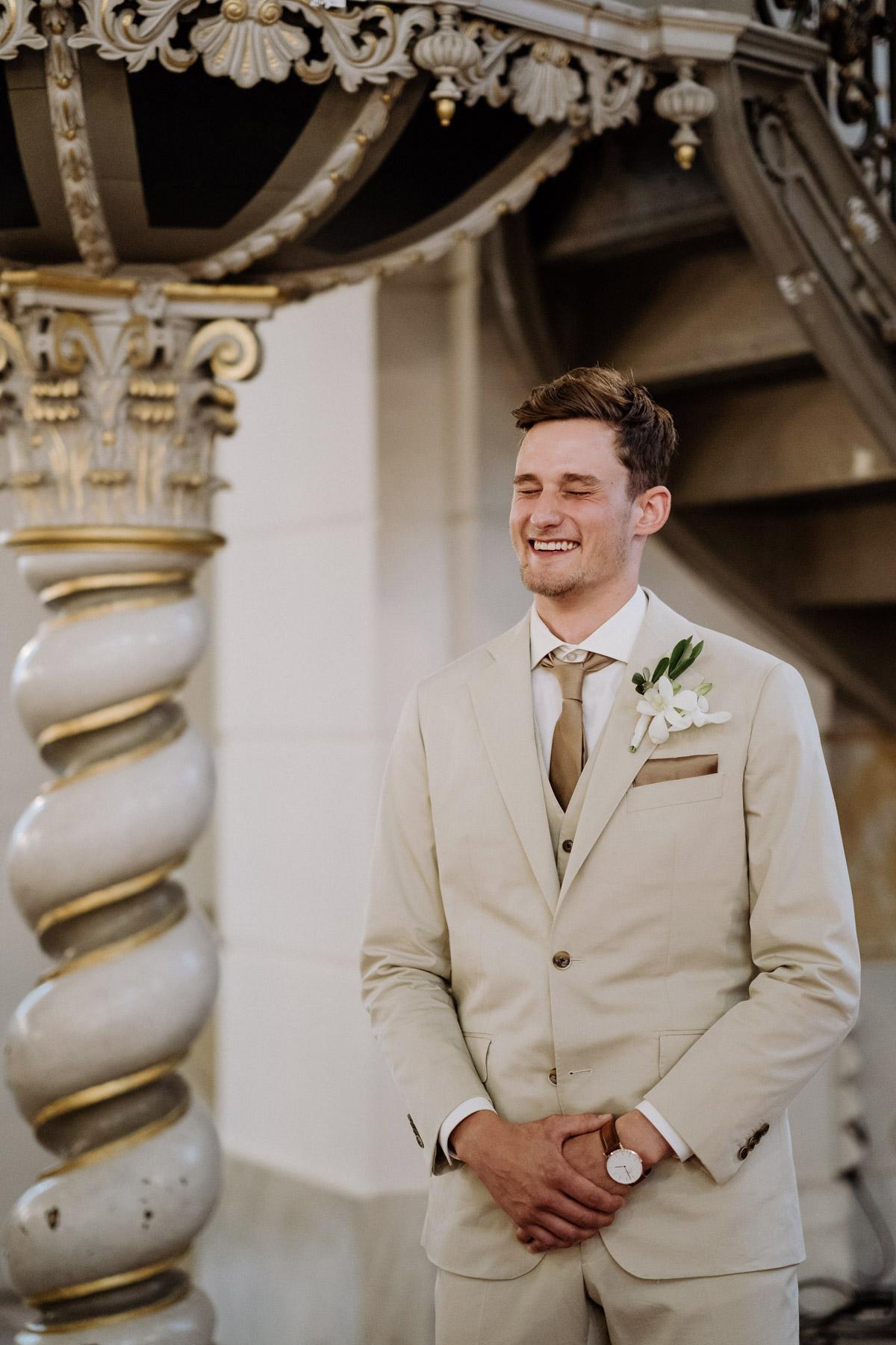 Hochzeitsmoment Reaktion Bräutigam: Stevens First Look Reaktion in der Kirche am Altar, als er mich mit meinem Brautvater das erste Mal beim Einzug sah, war unfassbar süß. Uns allen stockte in der Sophienkirche Berlin der Atem und unsere Augen wurden feucht. Solche Hochzeitsmomente bleiben für die Ewigkeit unfassbar schön und wir sind unendlich dankbar für die professionellen Hochzeitsbilder von unserem Hochzeitsfilmer und der Fotografin von #hochzeitslicht © www.hochzeitslicht.de