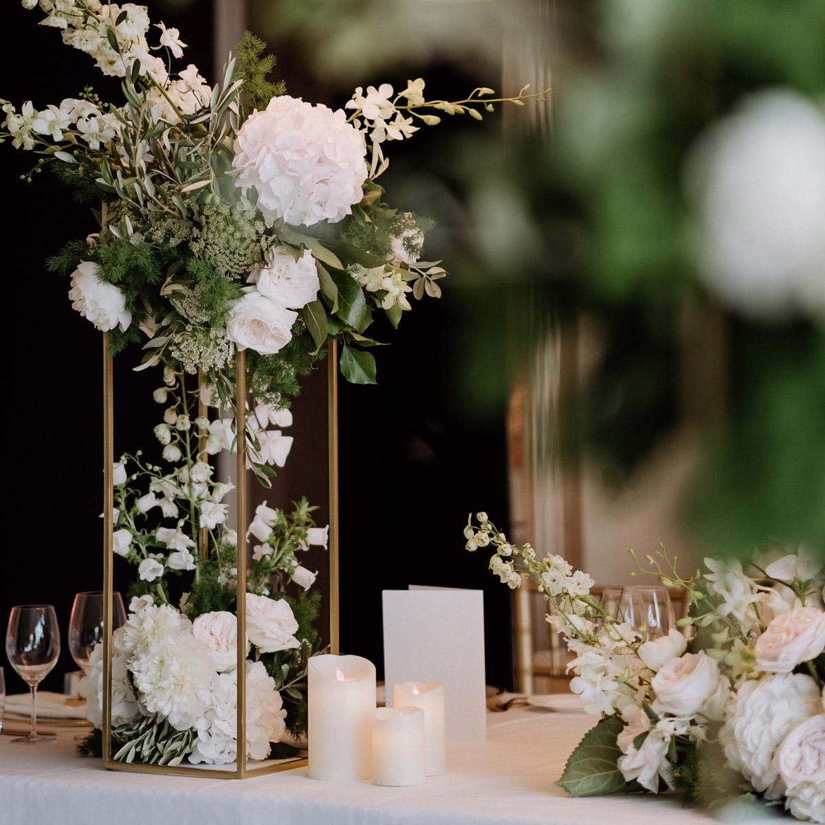 DIY Tischdekoration zu Hause: Mietet euch beim Floristen goldene Ständer und macht das hohe Blumengesteck in Weiß Grün und Gold selbst. Gerade wenn man eine elegante Hochzeit zu Hause oder draußen feiert, lohnt sich die Investition in elektrische LED-Kerzen. Für die Hochzeitsblumen im All White Stil mit Greenery-Touch wurden die goldenen Center Pieces bzw. Blumenständer mit weißen Hortensien, englischen Rosen und grünem Eukalyptus bestückt. Besucht den Blog von #hochzeitslicht © www.hochzeitslicht.de für mehr #hochzeitsideen bzw. #hochzeitsfotos vom #hochzeitstisch daheim.