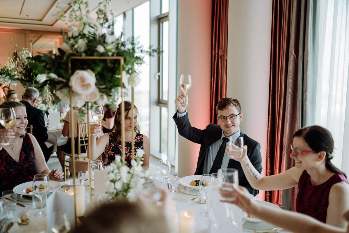 Diese intime Hotel Hochzeit Berlin vermittelt durch die stilvolle Hochzeitslocation sowohl das Gefühl, entspannt die Hochzeit zu Hause zu feiern, als auch in einer Suite im Luxushotel Waldorf Astoria zu heiraten. Mehr Hochzeit Deko Fotos von der kleinen, eleganten #hochzeit oder #tinywedding mit wenig Gästen im Blog von Hochzeitsfotografin und Hochzeitsfilmer aus Berlin #hochzeitslicht © www.hochzeitslicht.de