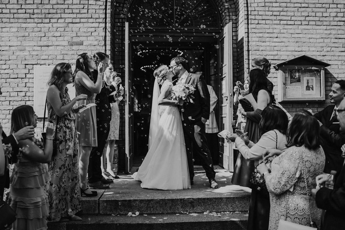 Hochzeitsfotografie Auszug Brautpaar Trauung Kirche - iLand Pier13 Hochzeitslocation Berlin von Hochzeitsfotograf © www.hochzeitslicht.de #hochzeitslicht