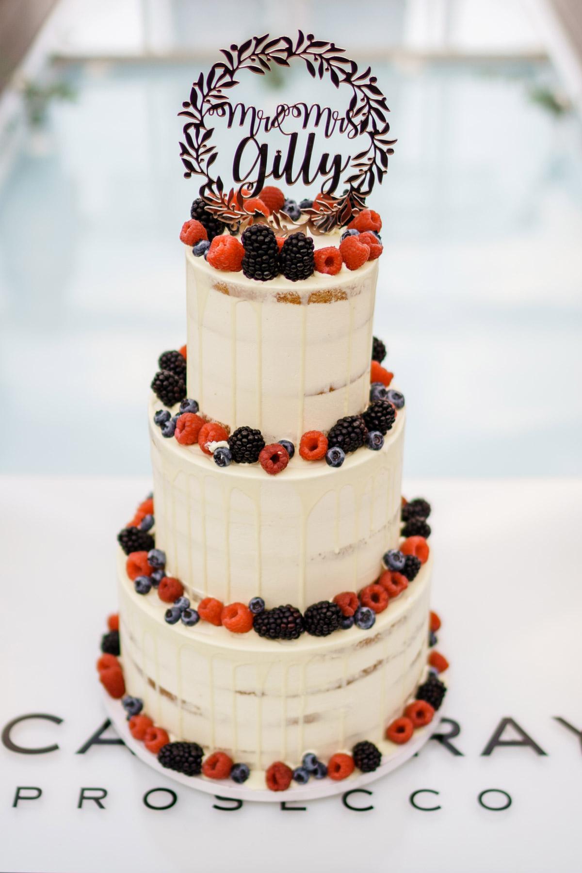 vintage Hochzeitstorte weiß, beige, Naked Cake dreistöckig mit Beeren und Namenstopper, #weddingcake von Hochzeitsfotograf © www.hochzeitslicht.de #hochzeitslicht