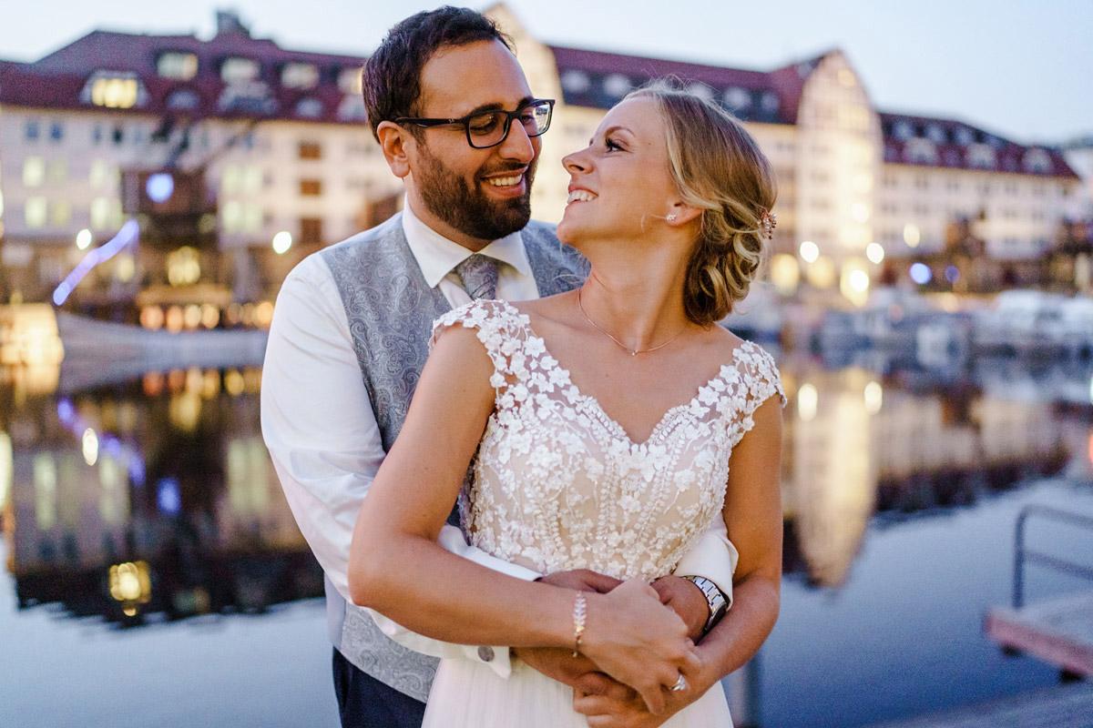 Idee Hochzeitsfotos Braut und Bräutigam Sonnenuntergang am Hafen - iLand Pier13 Hochzeitslocation Berlin von Hochzeitsfotograf © www.hochzeitslicht.de #hochzeitslicht
