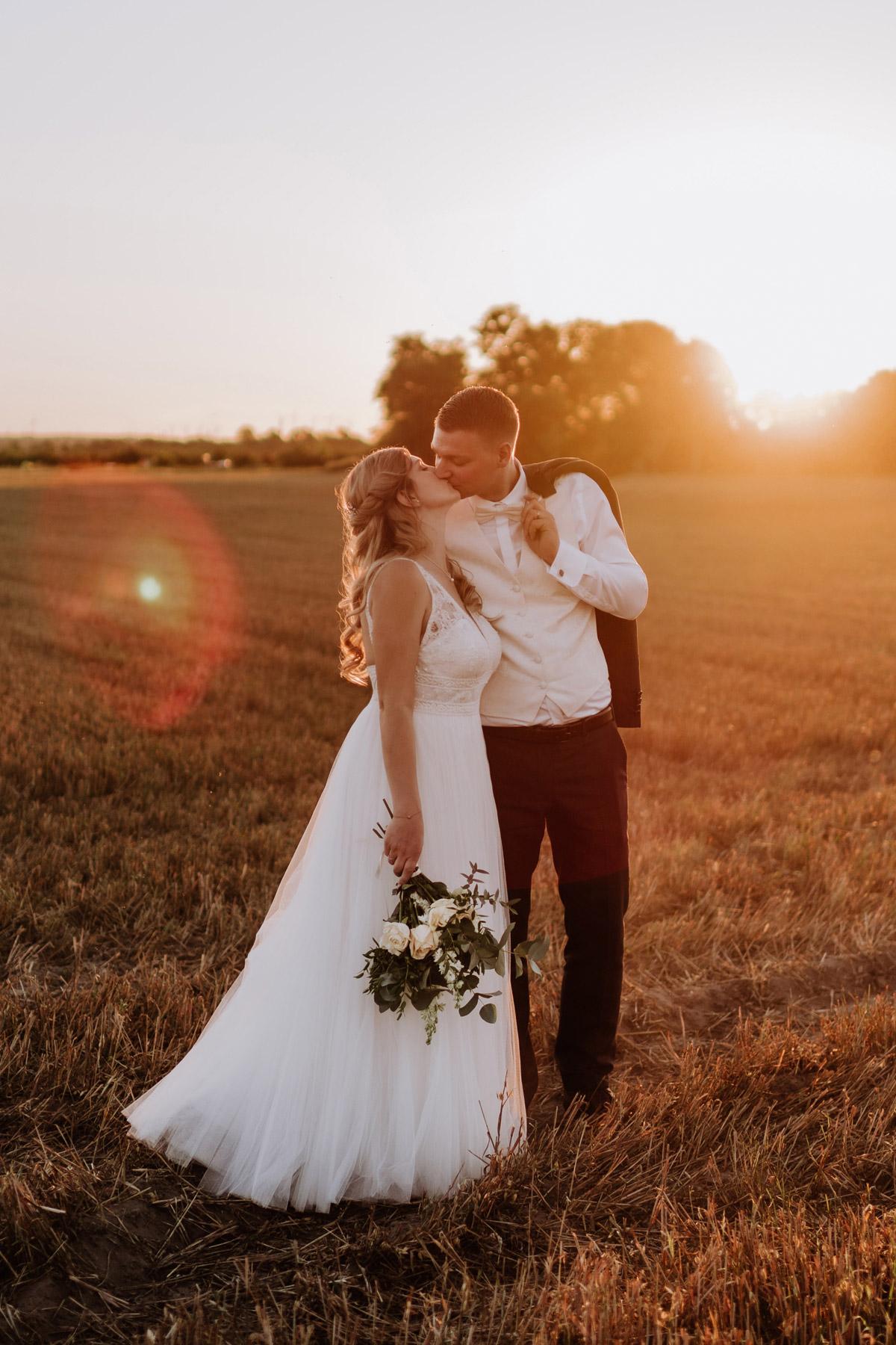 natürliche Hochzeitsfotos im Sonnenuntergang nach Standesamt auf Schloss Kartzow Hochzeit unter freiem Himmel #Hochzeitsfotografie aus Berlin © www.hochzeitslicht.de #hochzeitslicht