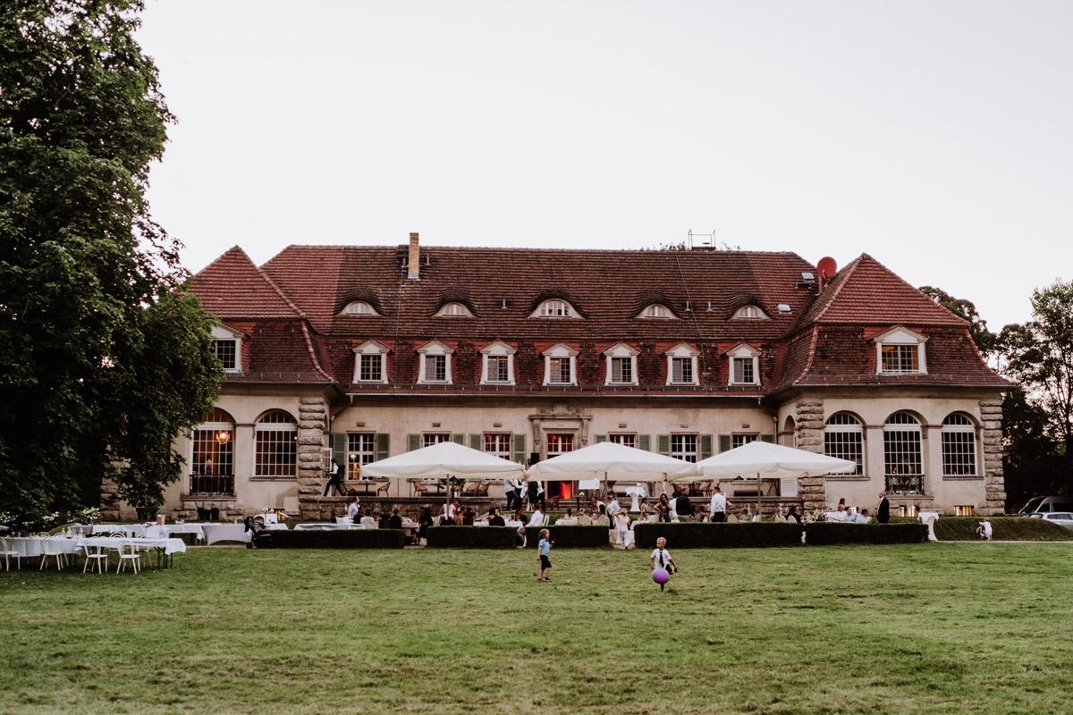 standesamtliche Trauung draußen - natürliche Hochzeitsfotos Standesamt auf Schloss Kartzow von Hochzeitsfotograf Berlin © www.hochzeitslicht.de #hochzeitslicht