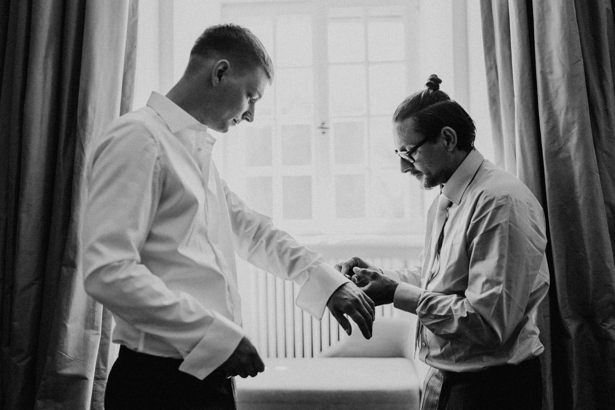 Idee Hochzeitsfoto Bräutigam mit Trauzeuge - natürliche Hochzeitsfotos Standesamt auf Schloss Kartzow von Hochzeitsfotograf Berlin © www.hochzeitslicht.de #hochzeitslicht