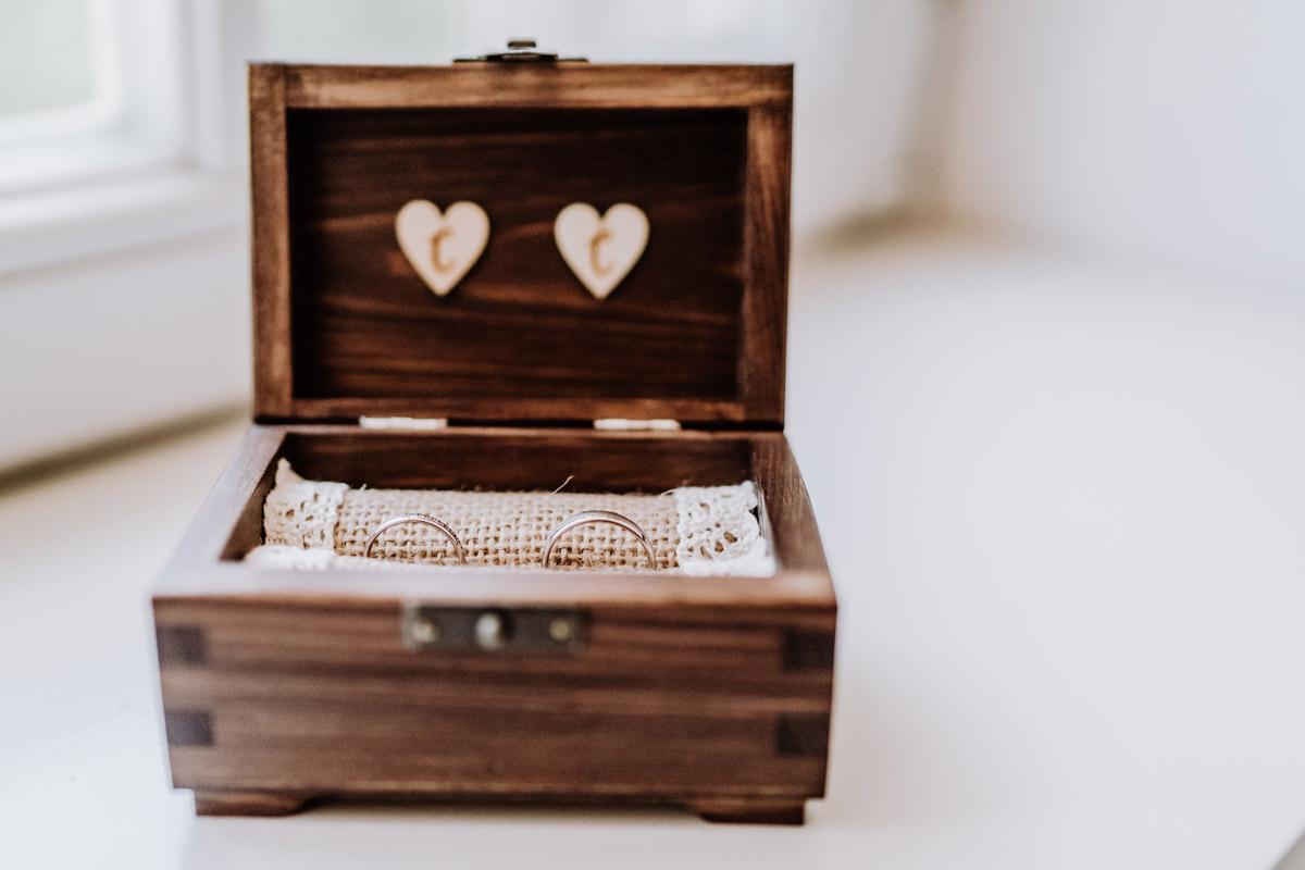 Hochzeitsfoto Eheringe Ringkissen Holz Kiste - natürliche Hochzeitsfotos Standesamt auf Schloss Kartzow von Hochzeitsfotograf Berlin © www.hochzeitslicht.de #hochzeitslicht