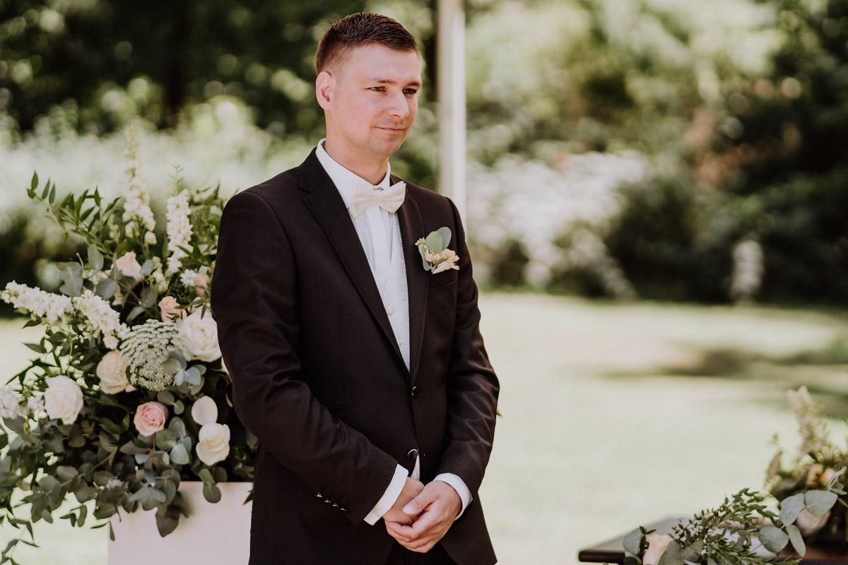 Hochzeitsreportage Foto wartender Bräutigam Einzug Braut - natürliche Hochzeitsfotos Standesamt auf Schloss Kartzow von Hochzeitsfotograf Berlin © www.hochzeitslicht.de #hochzeitslicht