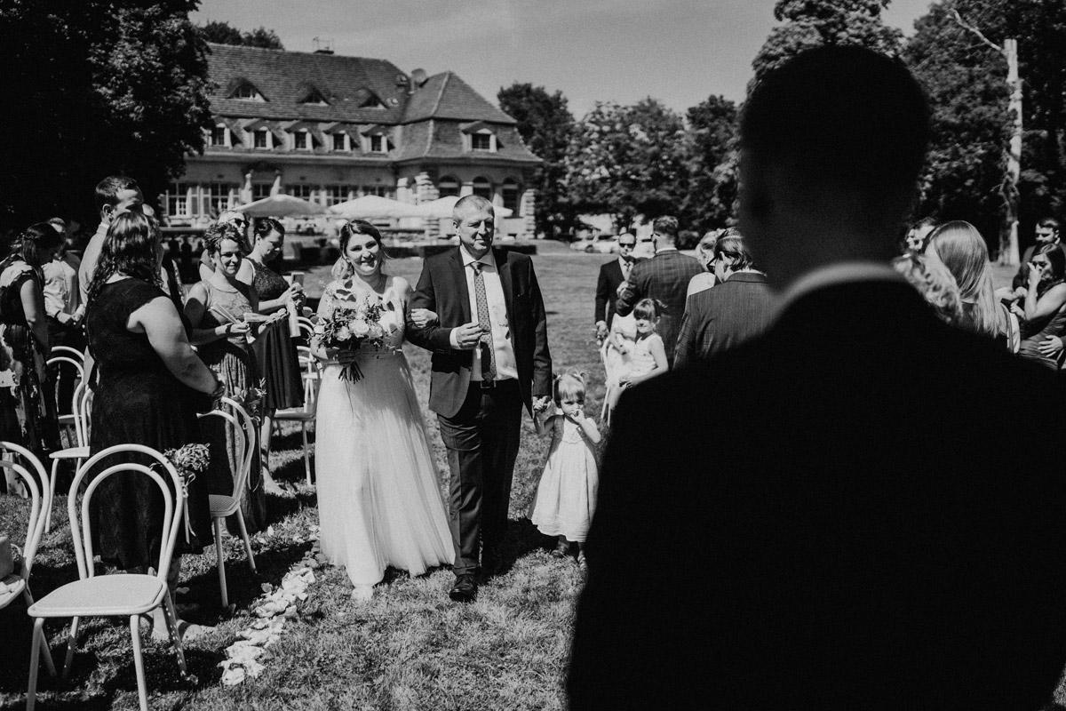 Einzug Braut standesamtliche Trauung unter freiem Himmel - natürliche Hochzeitsfotos Standesamt auf Schloss Kartzow von Hochzeitsfotograf Berlin © www.hochzeitslicht.de #hochzeitslicht
