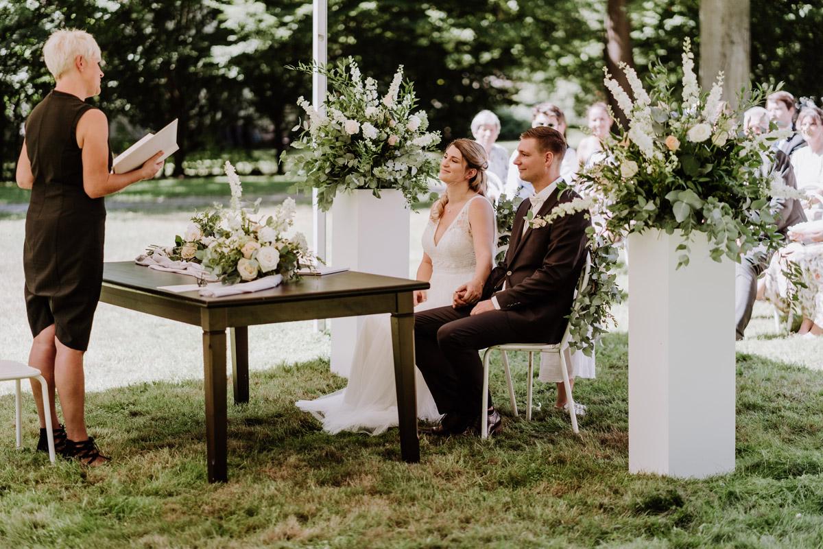 Hochzeitsfoto Trauung Standesamt draußen - natürliche Hochzeitsfotos Standesamt auf Schloss Kartzow von Hochzeitsfotograf Berlin © www.hochzeitslicht.de #hochzeitslicht