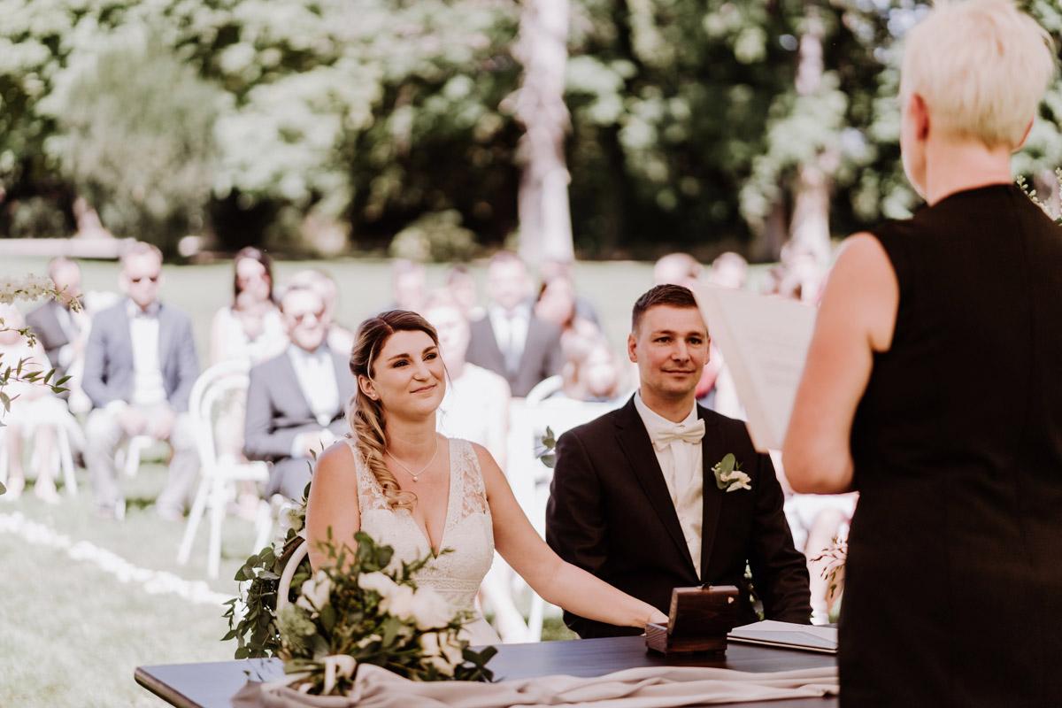Hochzeitsfotografie Standesamt Trauung draußen Zelt - natürliche Hochzeitsfotos Standesamt auf Schloss Kartzow von Hochzeitsfotograf Berlin © www.hochzeitslicht.de #hochzeitslicht