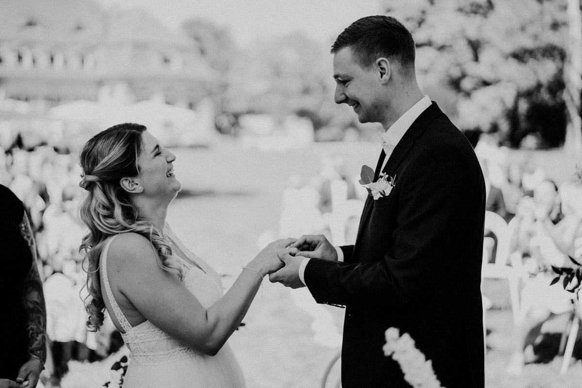 emotionale Hochzeitsfotos Trauung Standesamt - natürliche Hochzeitsfotos Standesamt auf Schloss Kartzow von Hochzeitsfotograf Berlin © www.hochzeitslicht.de #hochzeitslicht