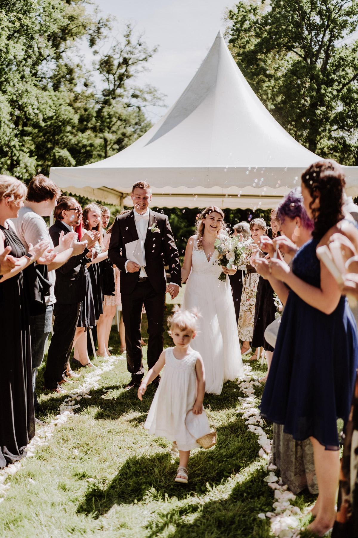 Hochzeit draußen mit Zelt für Standesamt, Idee für Auszug, natürliche Hochzeitsfotos auf Schloss Kartzow - Hochzeitsfotos Berlin © www.hochzeitslicht.de #hochzeitslicht