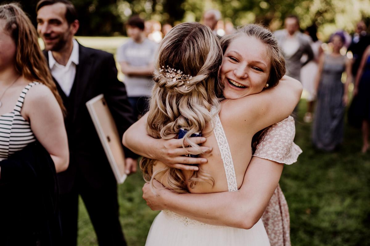 Hochzeitsfotos Gratulation Gäste nach Trauung Standesamt draußen - natürliche Hochzeitsfotos Standesamt auf Schloss Kartzow von Hochzeitsfotograf Berlin © www.hochzeitslicht.de #hochzeitslicht