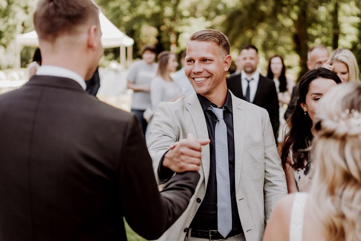 Hochzeitsbilder Gratulation Gäste Trauung unter freiem Himmel - natürliche Hochzeitsfotos Standesamt auf Schloss Kartzow von Hochzeitsfotograf Berlin © www.hochzeitslicht.de #hochzeitslicht