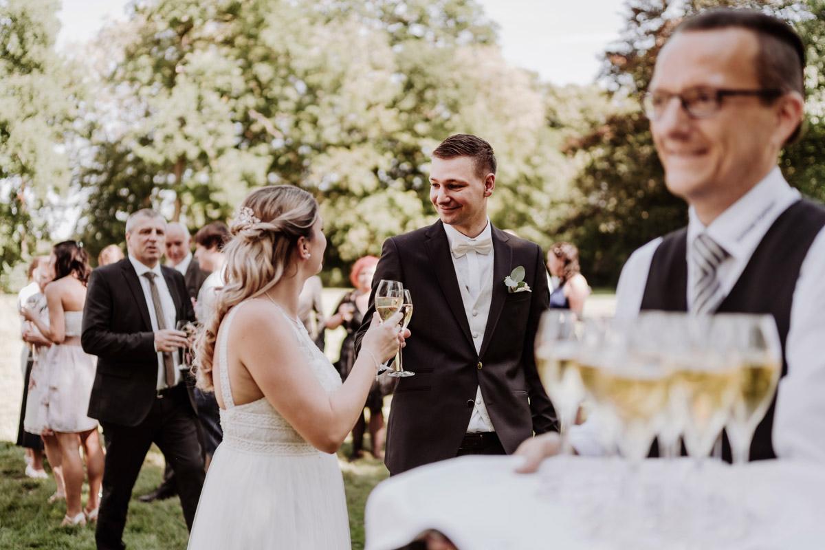 ungestellte Hochzeitsfotos Berlin - natürliche Hochzeitsfotos Standesamt auf Schloss Kartzow von Hochzeitsfotograf Berlin © www.hochzeitslicht.de #hochzeitslicht