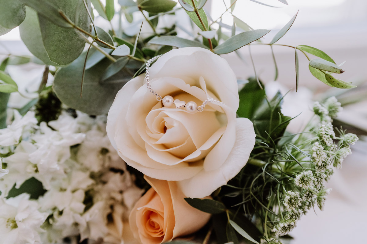 Idee Hochzeitsfoto Brautstrauß Standesamt - natürliche Hochzeitsfotos Standesamt auf Schloss Kartzow von Hochzeitsfotograf Berlin © www.hochzeitslicht.de #hochzeitslicht