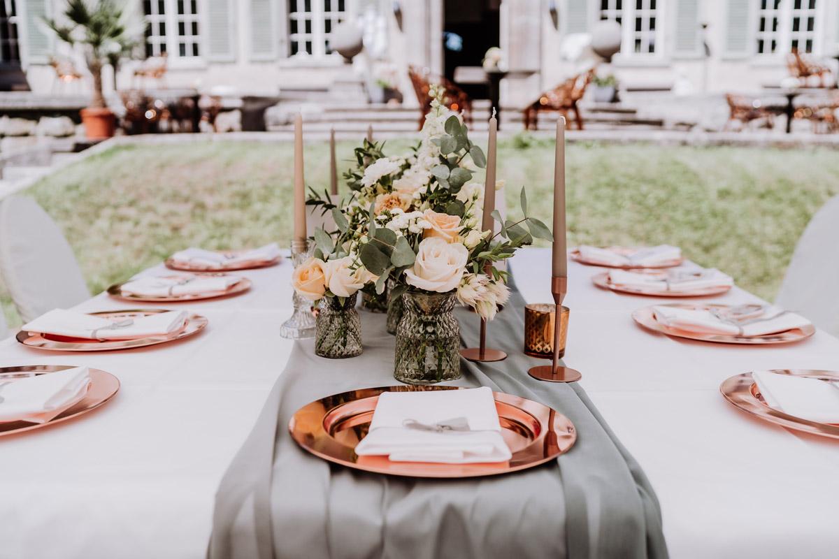 Idee Deko Hochzeit draußen Kupfer Eukalyptus grau pastell apricot - natürliche Hochzeitsfotos Standesamt auf Schloss Kartzow von Hochzeitsfotograf Berlin © www.hochzeitslicht.de #hochzeitslicht
