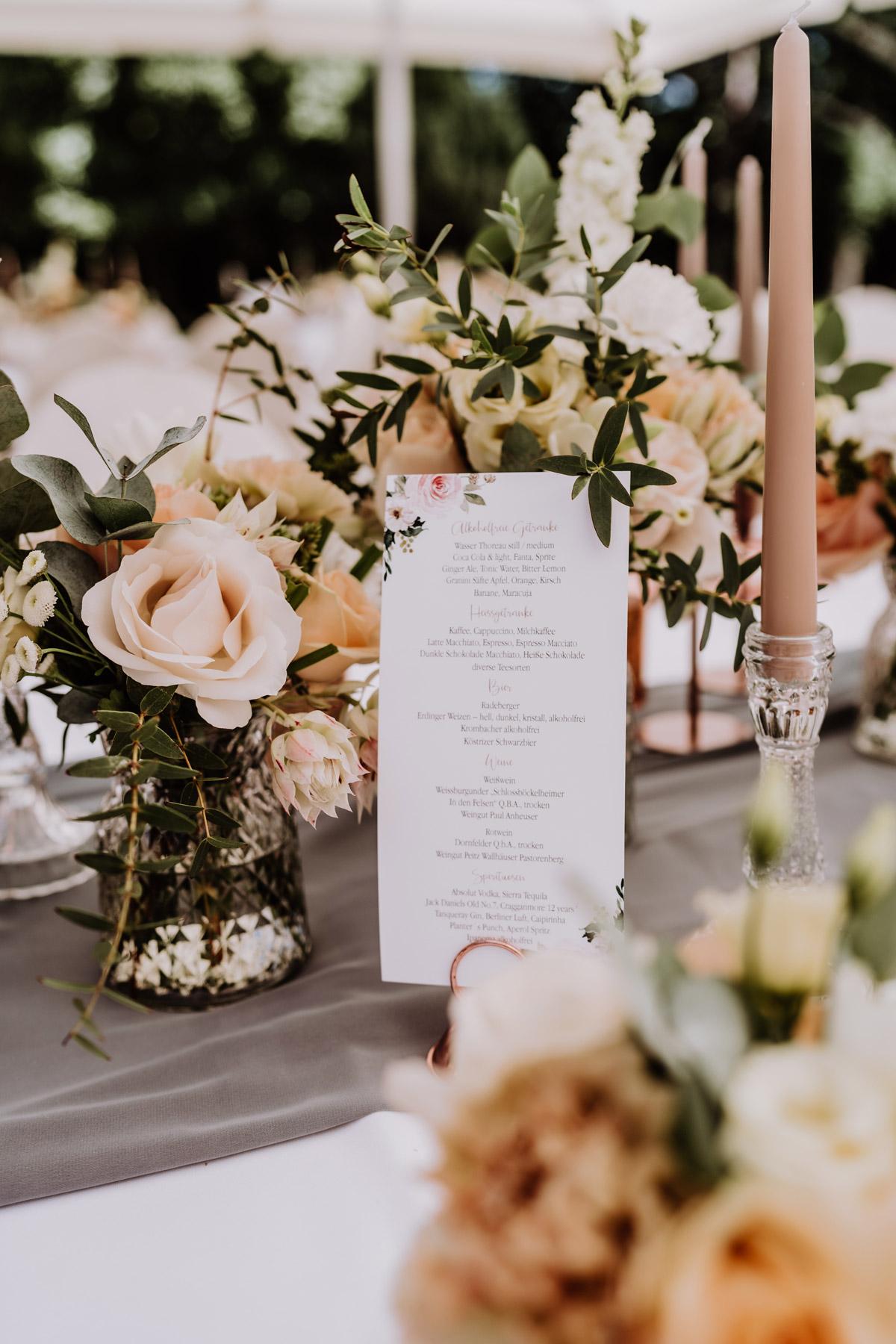 Hochzeit draußen Deko Tische in Kupfer, Grau mit Rosen und Eukalyptus von Standesamt Hochzeit auf Schloss Kartzow #Hochzeitsdeko von Hochzeitsfotograf Berlin © www.hochzeitslicht.de #hochzeitslicht