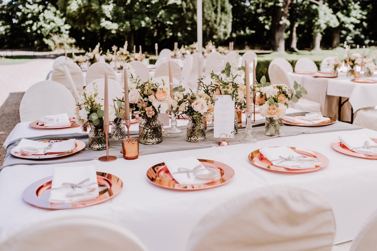 Hochzeit draußen Zelt Idee Tischdeko Kupfer Eukalyptus grau pastell apricot Stuhlhussen weiß - natürliche Hochzeitsfotos Standesamt auf Schloss Kartzow von Hochzeitsfotograf Berlin © www.hochzeitslicht.de #hochzeitslicht