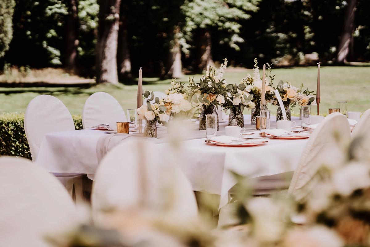 Idee Tischdeko Sommerhochzeit draußen - natürliche Hochzeitsfotos Standesamt auf Schloss Kartzow von Hochzeitsfotograf Berlin © www.hochzeitslicht.de #hochzeitslicht